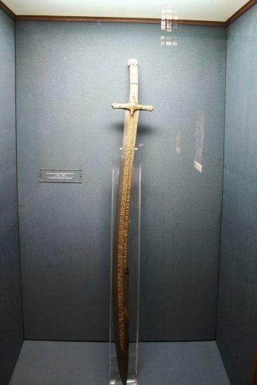 Fatih'in-İstanbul'u-fethederken-kullandığı-kılıcı-Topkapı-Müzesinde-sergilenmektedir.