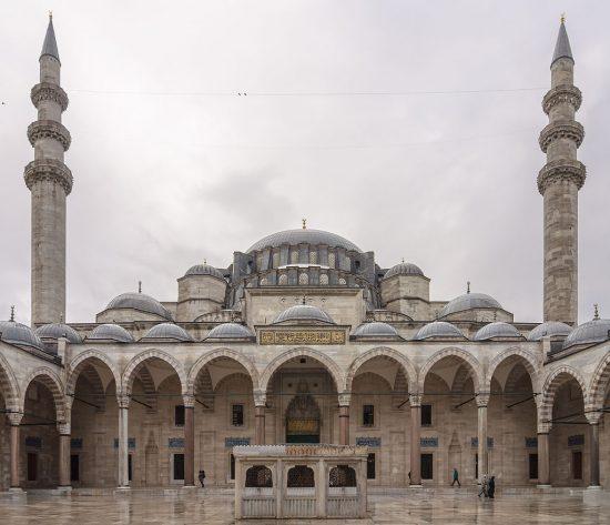 Süleymaniye-Camii-Kanuni-Sultan-Süleyman-tarafından-Mimar-Sinana-1551-1558-yılları-arasında-yaptırılmıştır.-Osmanlı-İmparatorluğu-Kanuni-Sultan-1.-Süleyman-Han-Kimdir-Dönemi-Önemli-Olaylar