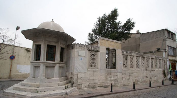 Mimar Sinan Kimdir İstanbul Osmanlı Baş Mimarı Süleymaniye Camiinin Haliç Tarafında Bulunan Mezarı. Mezarlığın Köşesinde Vakfedilmiş Sebili