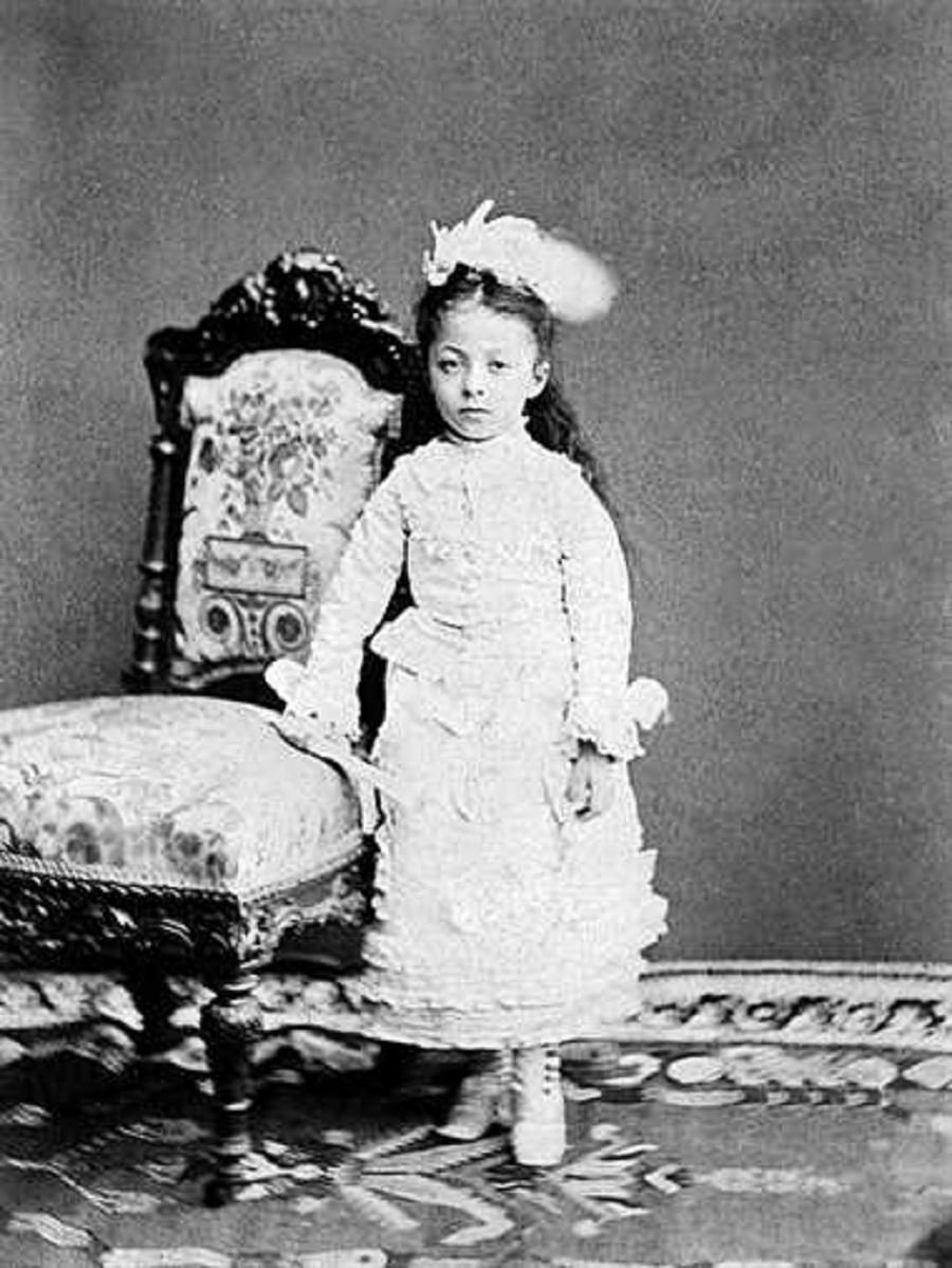 Sultan Abdülaziz Kızı Esma Sultan D. 1873 ö. 1899 1873 Yılında Dolmabahçe Sarayı'nda Dünyaya Geldi. 3 Yaşında Babası Tahttan Indirildi. Abdülhamid