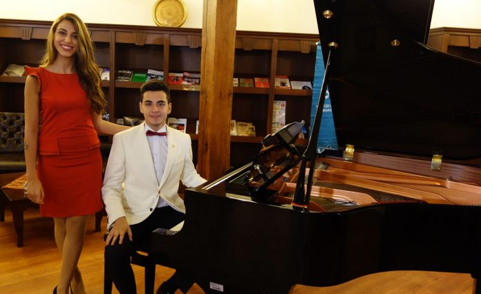 Genç Osmanlı Piyanist Besteci Güneş Yakartepe Türkiyenin İlk BESTECİ WEB SİTESİ'ni Kurdu