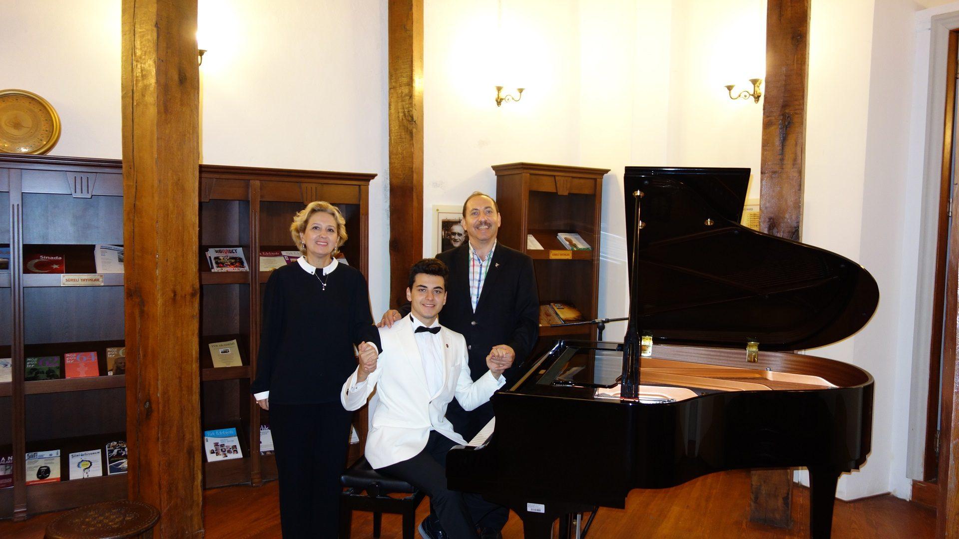 Genç Piyanist Güneş Yakartepe İTÜ Devlet Konservatuvarı Anne Ve Babası Ile