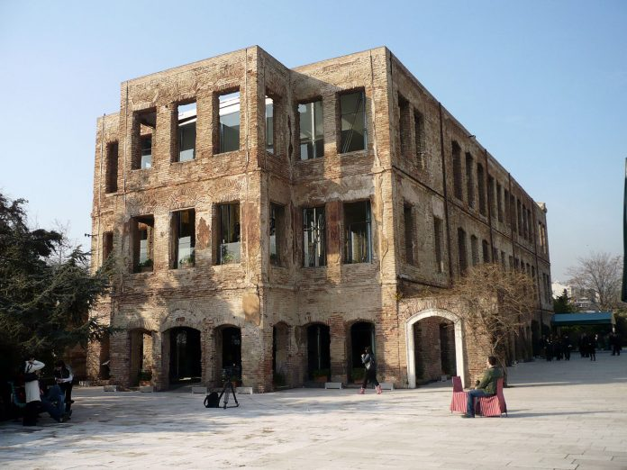 Osmanlı Sultanı Abdülazizin Kızı Esma Sultan Yalısı Esma Sultan Yalısı İstanbul Ortaköydeki Sahil Sarayı. Resterasyon öncesi