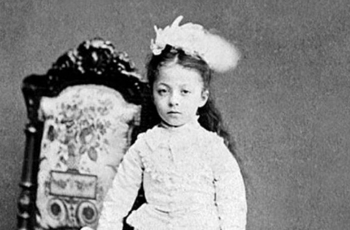 Sultan Abdülaziz Kızı Esma Sultan D. 1873 ö. 1899 1873 Yılında Dolmabahçe Sarayı'nda Dünyaya Geldi. 3 Yaşında Babası Tahttan Indirildi. Abdülhamid 2